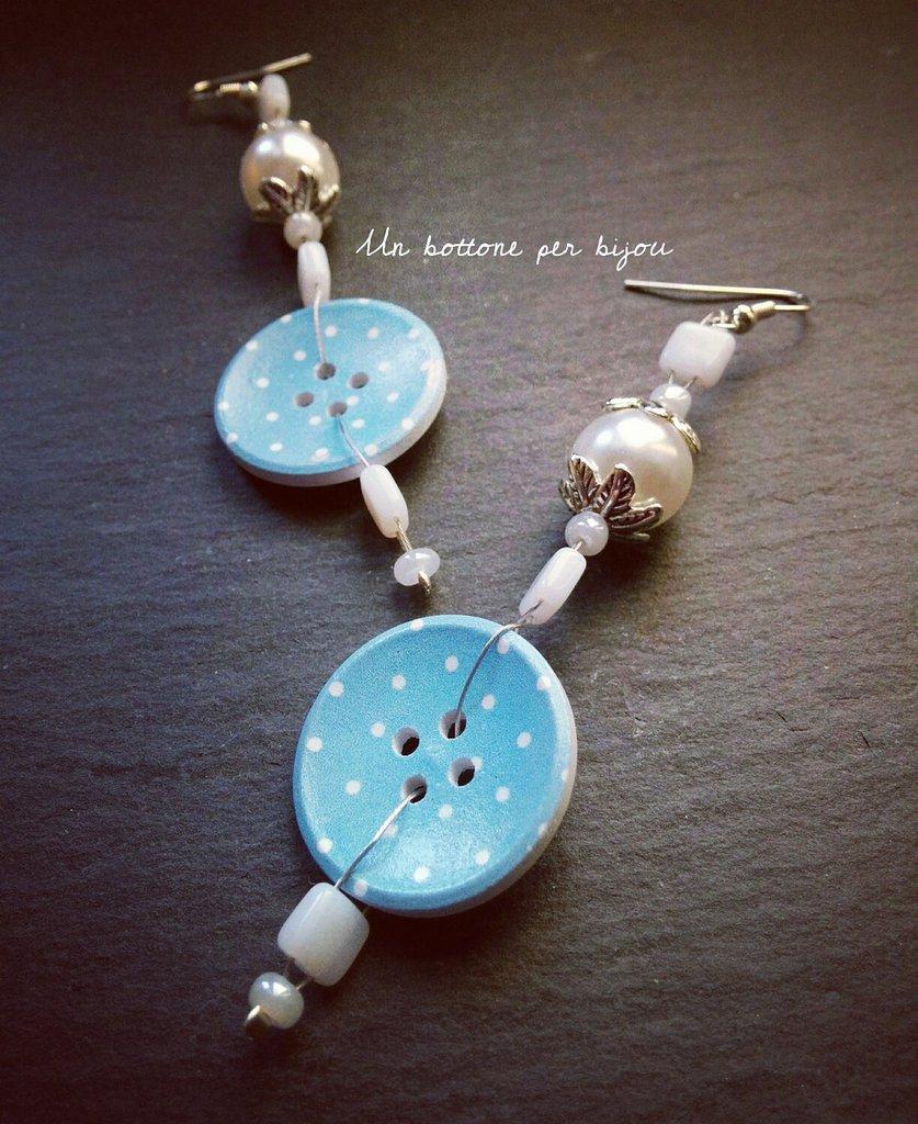 Orecchini con bottoni in legno azzurri a pois bianchi perle bianche