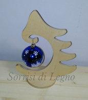 Albero in legno con pallina blu centrotavola