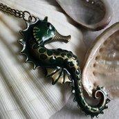 Collana lunga con cavalluccio marino color bronzo e particolari in verde
