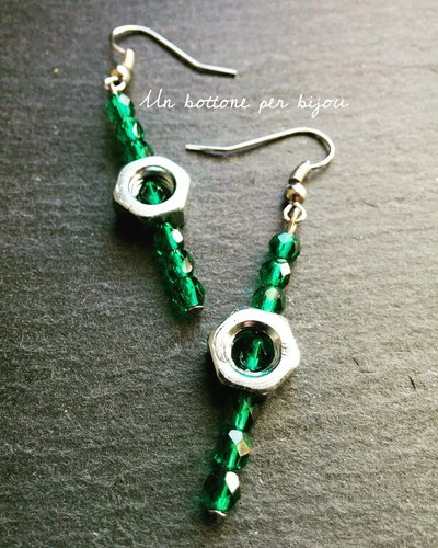Orecchini in stile steampunk con dadi in acciaio e perline di vetro color verde smeraldo