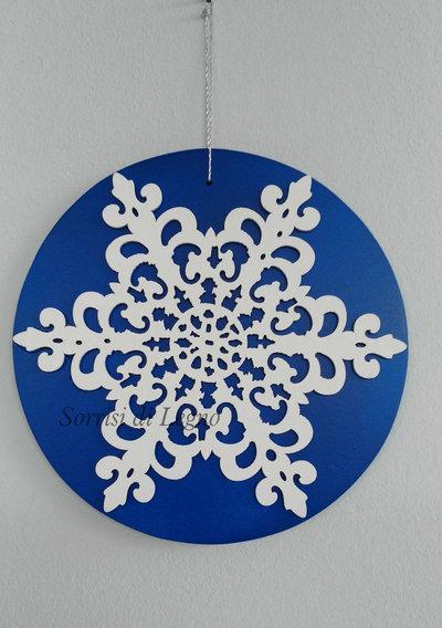 Fiocco di neve su base blu realizzato in legno
