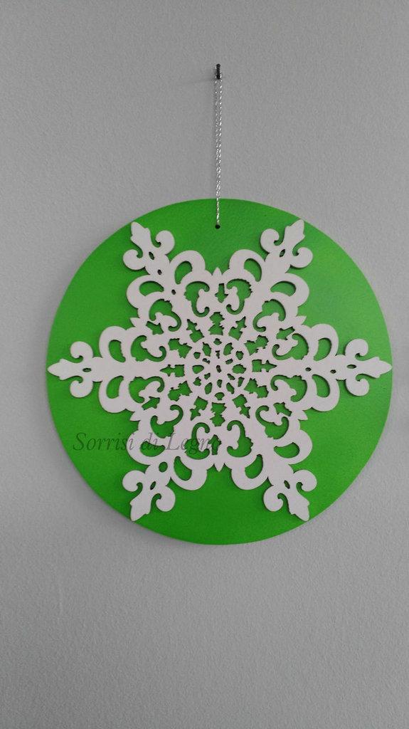 Decoro natalizio fiocco di neve con base verde