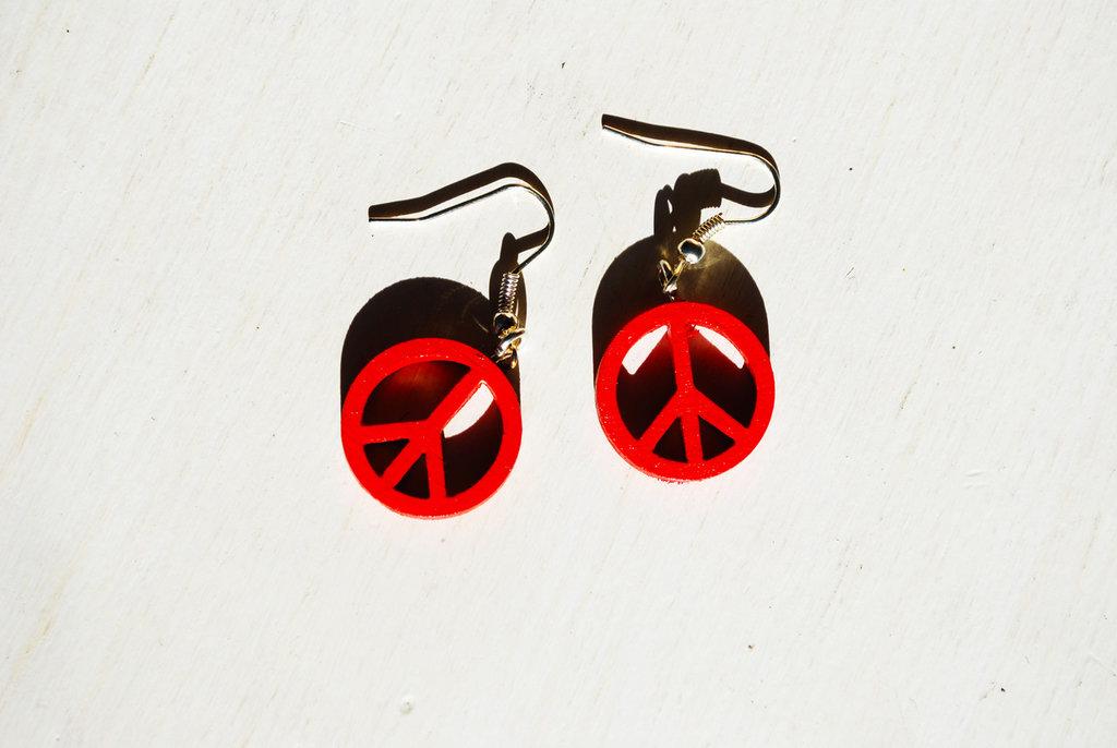 Peace – Orecchini pendenti rossi in legno