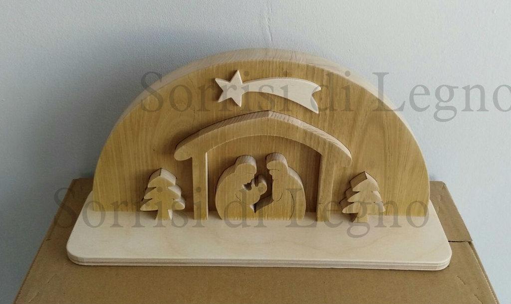 Presepe in legno naturale intagliato con sacra famiglia