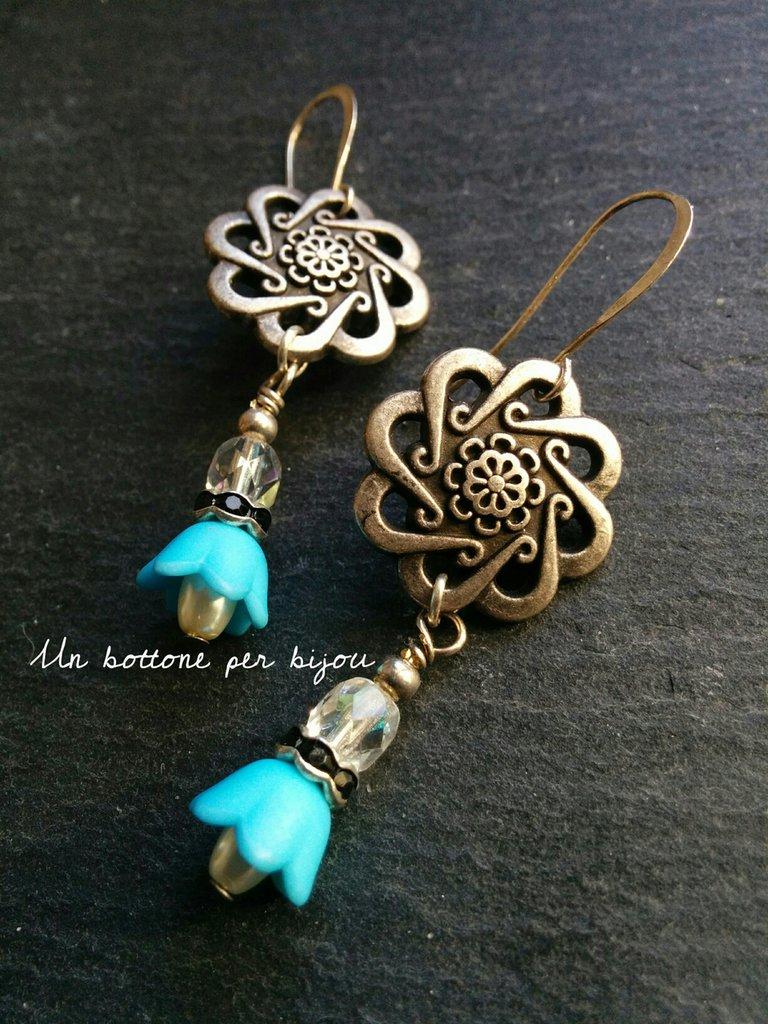 Orecchini con bottoni vintage in metallo argentato a forma di fiore