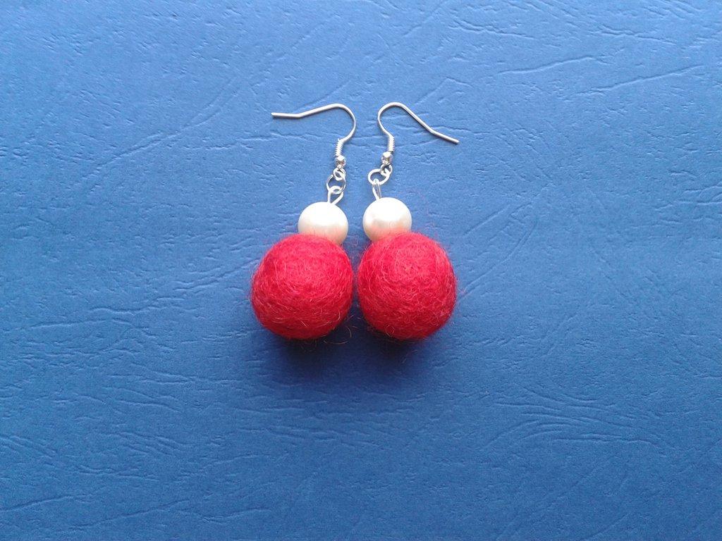 Orecchini palline di feltro rosse e perle bianche Creazione Originale