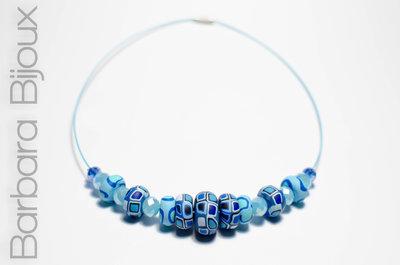 Collana girocollo azzurra perle pasta polimerica murrine blu e azzurro e mezzi cristalli.
