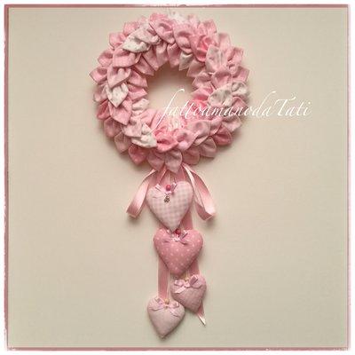 Corona/fiocco nascita petaloso con 4 cuori imbottiti sui toni del rosa