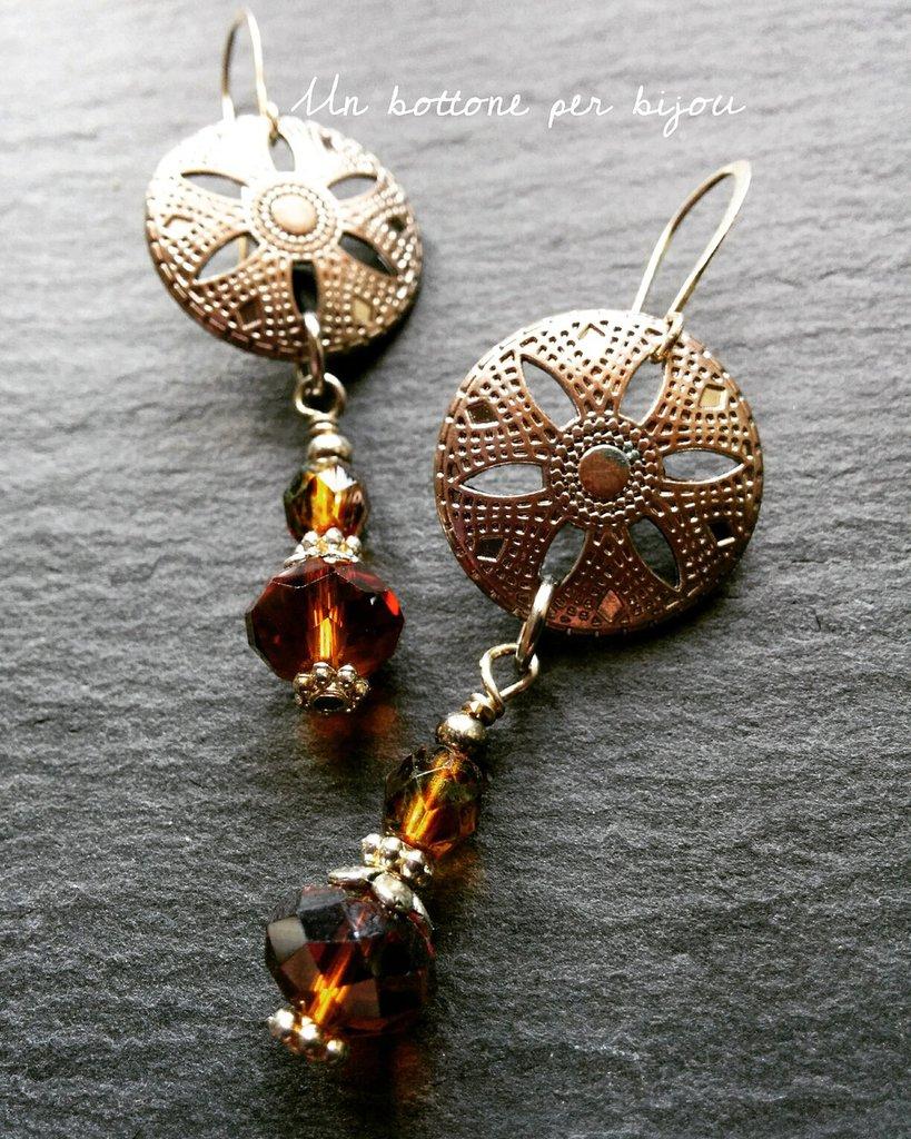 Orecchini con bottoni in metallo argentato traforato a forma di fiore con cristalli color miele