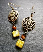 Orecchini con bottoni vintage in metallo dorato anticato a forma di fiore