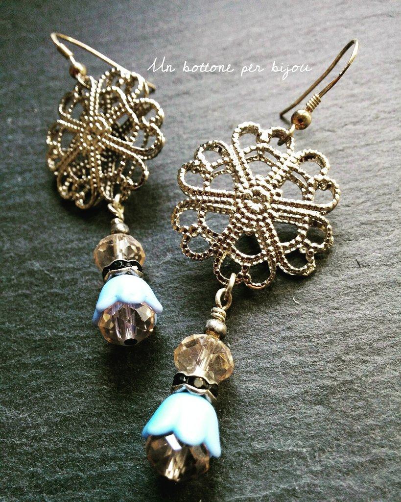 Orecchini con bottoni vintage in metallo argentato traforato a forma di fiore