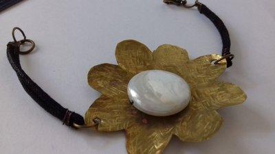 Braccialetto con placchetta a forma di fiore in ottone