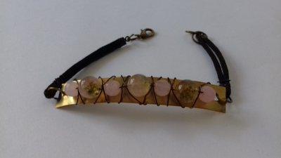 Braccialetto in ottone con placchetta rettangolare e pietre