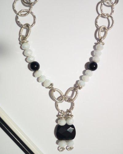 Collana fatta a mano con pietre laterali incastonate bianche e nere,centrale bianco e nero.