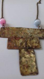 Collana in ottone con pietre dure rosa/grigia