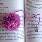 Segnalibro con pompon rosa e ciondolino a libro, fatto a mano