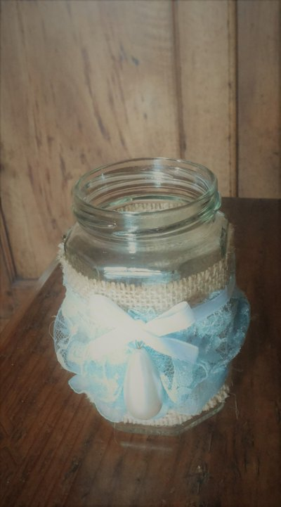 Barattolo in vetro misura piccola decorato in stile vintage con juta fascia in pizzo in cotone celeste e perla allungata centrale serie The old vintage jar