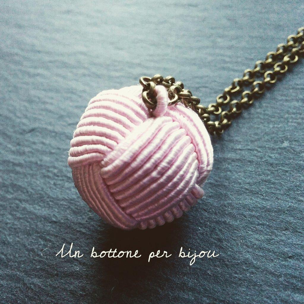 Collana con bottone vintage in passamaneria di seta rosa