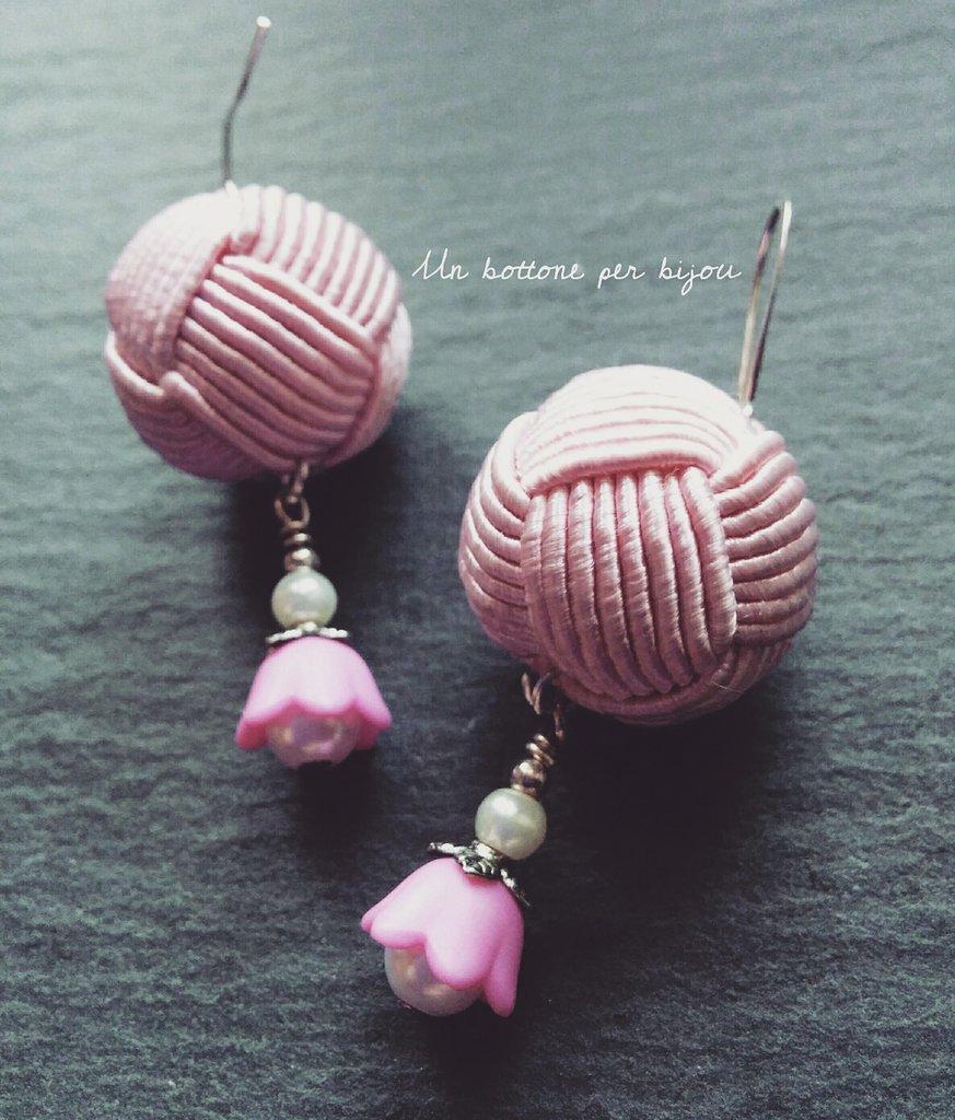 Orecchini con bottoni vintage in passamaneria di seta rosa