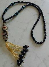 Collana lunga in stile etnico con perline nere e oro