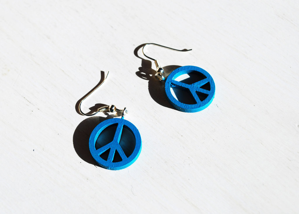 Peace – Orecchini pendenti turchese in legno orecchini con il simbolo della pace.