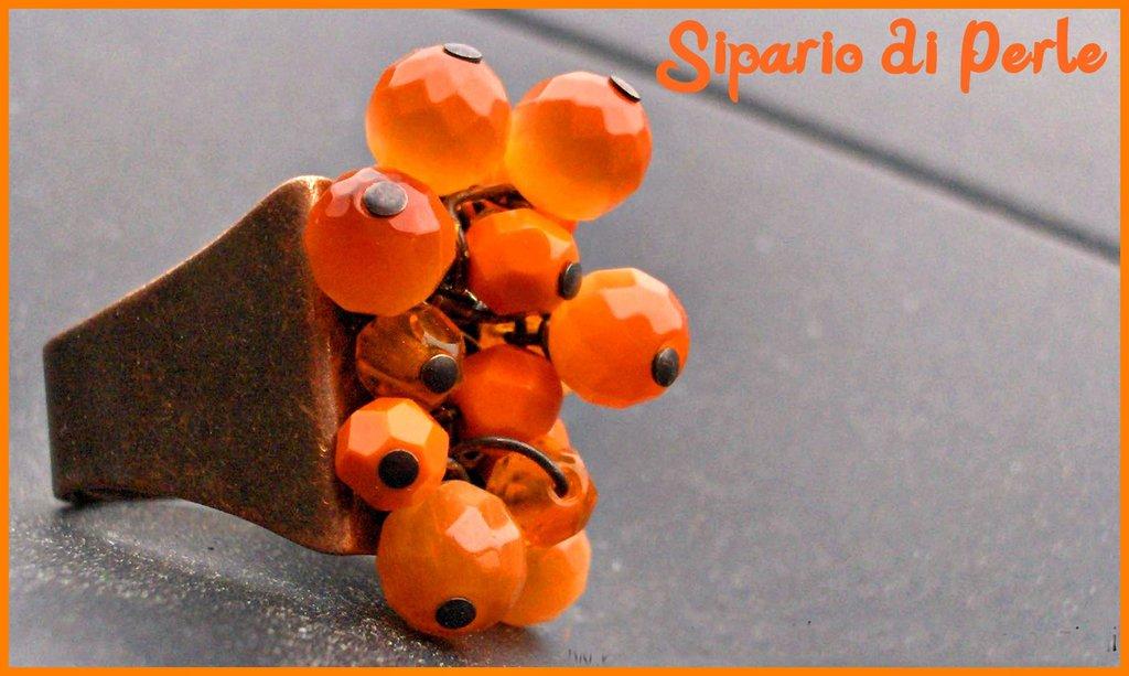Anello a grappolo con mezzicristalli arancio e base color bronzo
