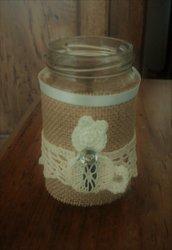 Barattolo in vetro decorato in stile vintage con juta applicazione gattino su fascia di pizzo tutto realizzato ad uncinetto serie The old vintage jar