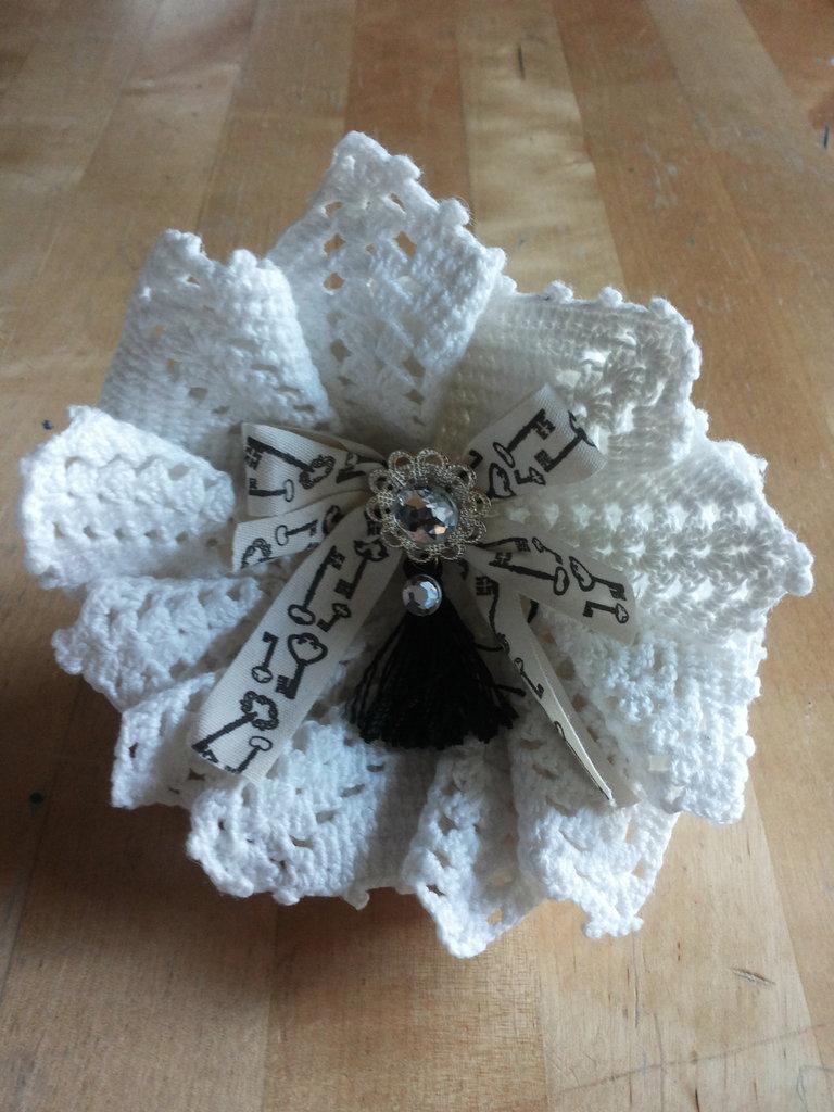 decorazione poltrona fiore realizzato con centrini in pizzo all'uncinetto e fiocco centrale con nastro vintage con strass centrale