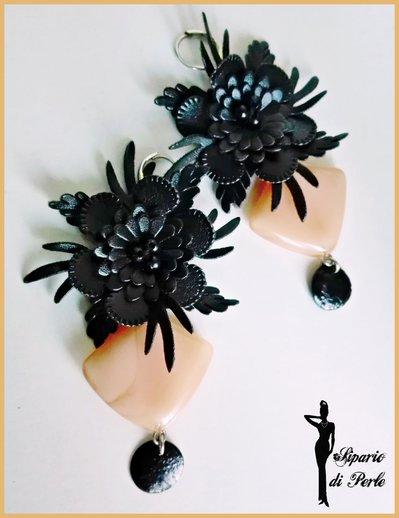 Orecchini con fiore in similpelle nero e resina - ROSA CHIARO/NERO