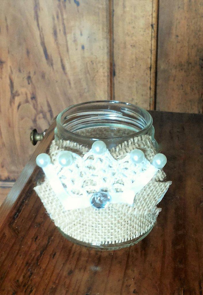 Barattolo in vetro decorato in stile vintage con juta fiocco in juta e strass centrale con trina in pizzo all'uncinetto serie The old vintage jar