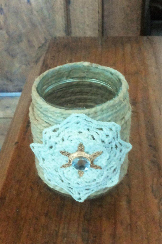 Barattolo vetro piccolo decorato con spago e pizzo ad uncinetto impreziosito da bijoux centrale serie The old vintage jar
