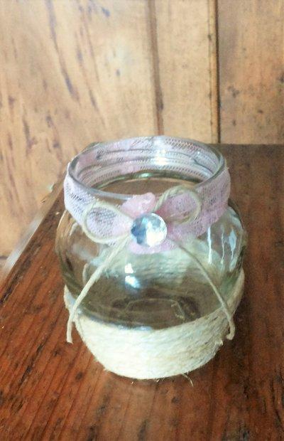 Barattolo vetro piccolo decorato con spago grande parte inferiore e sul collo fascina in pizzo rosa fiocchino in spago fine e strass serie The old vintage jar