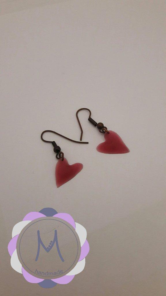 Orecchini pendenti con cuore rosso in acrilico.