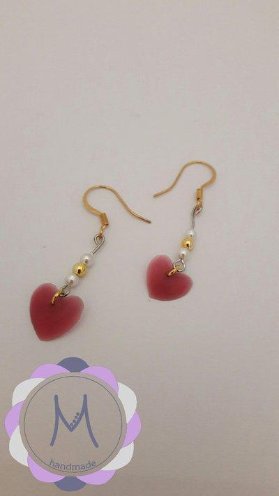 Orecchini pendenti con cuore rosso in acrilico e perline.