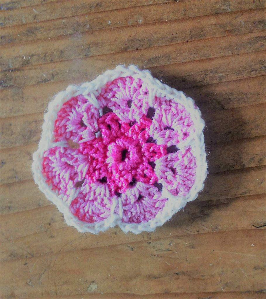 Applicazione fiore africano realizzato ad uncinetto in cotone rosa e bianco decorazione o bomboniera