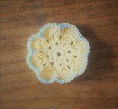 Applicazione fiore africano realizzato ad uncinetto in cotonegiallo e celeste decorazione o bomboniera