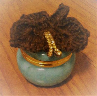 Scatolina turchese in alabastro vero con farfalla ad uncinetto marrone con piccoli strass