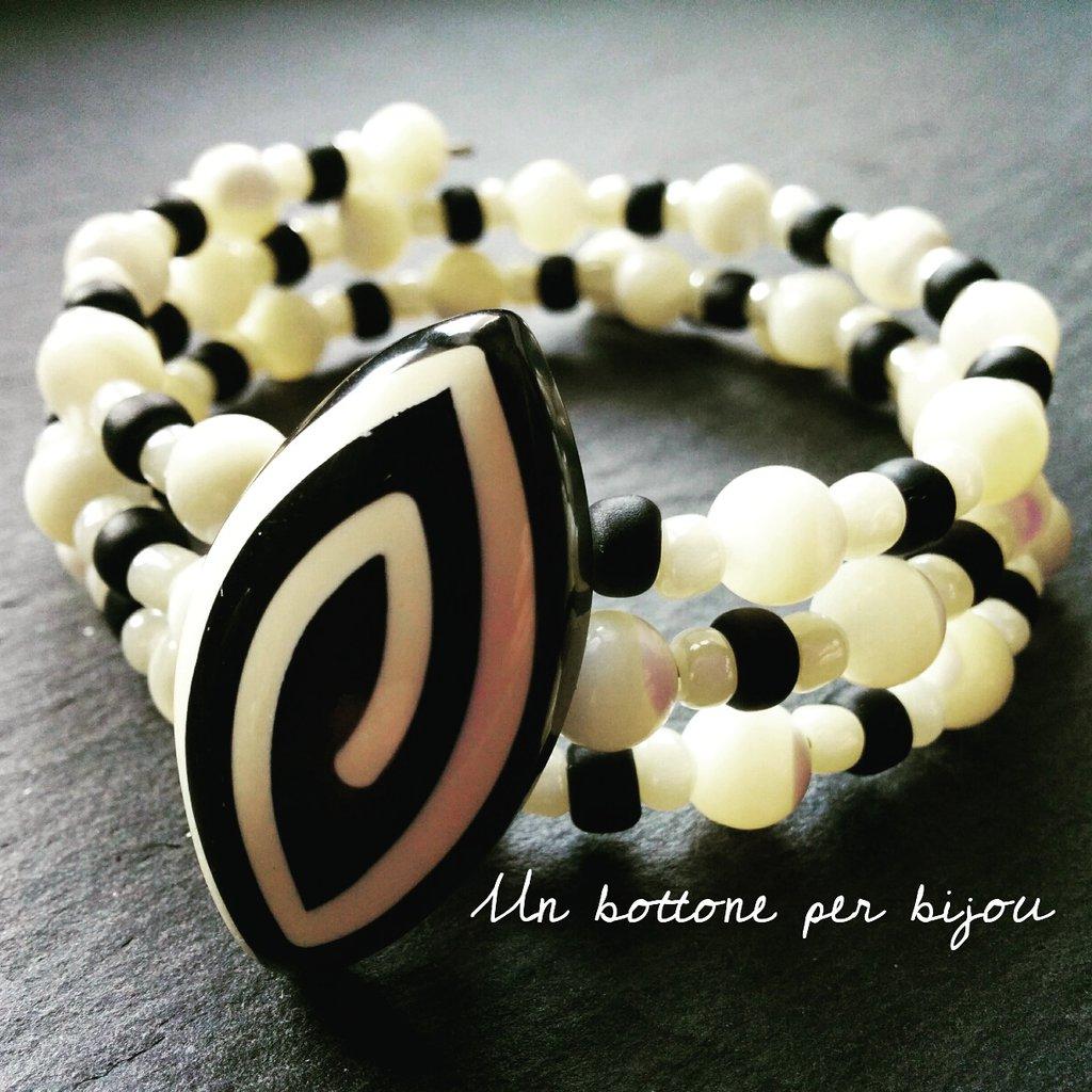 Bracciale con bottone vintage color nero/crema con perle in vera madreperla