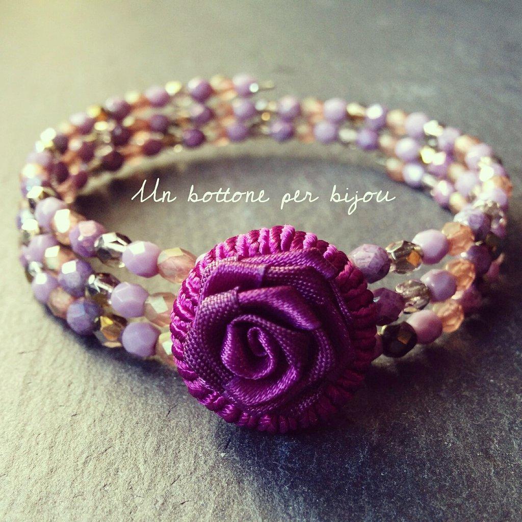 Bracciale con bottone fucsia in stoffa a forma di fiore con mezzi cristalli di boemia