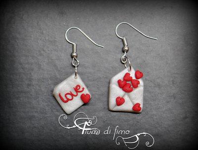 orecchini pendenti| orecchini fimo| orecchini per San Valentino| orecchini lettera d'amore in fimo| idea regalo san valentino| gioielli fimo| orecchini pendenti in fimo per san valentino - lettera d'amore-