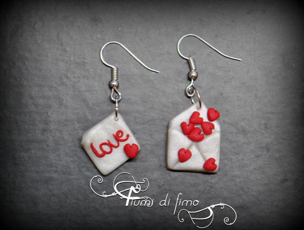 orecchini pendenti  orecchini fimo  orecchini per San Valentino  orecchini lettera d'amore in fimo  idea regalo san valentino  gioielli fimo  orecchini pendenti in fimo per san valentino - lettera d'amore-