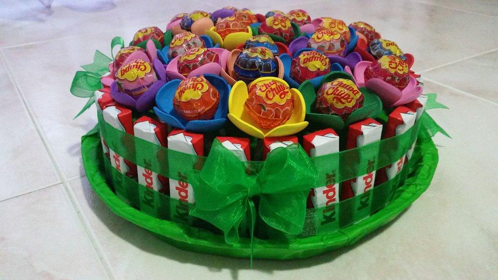 Finta torta di chupachups e barrette kinder.