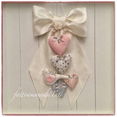 Fiocco nascita in shantung di seta bianco con cuori e uccellino sui toni del rosa e grigio