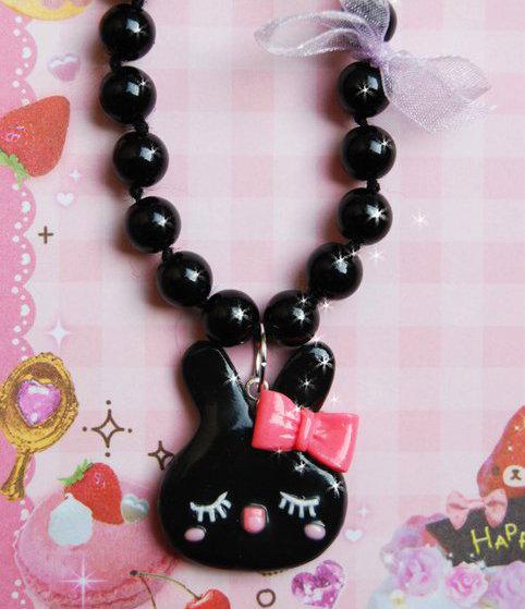 Collana nera con coniglietto kawaii