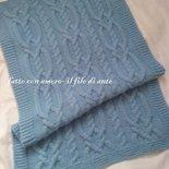 Copertina  per culla in lana azzurra con trecce
