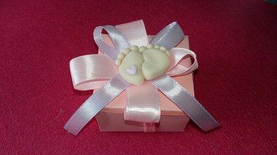 Bomboniera confettata completa magnete o ciondolo piedini in fimo scatola colorata