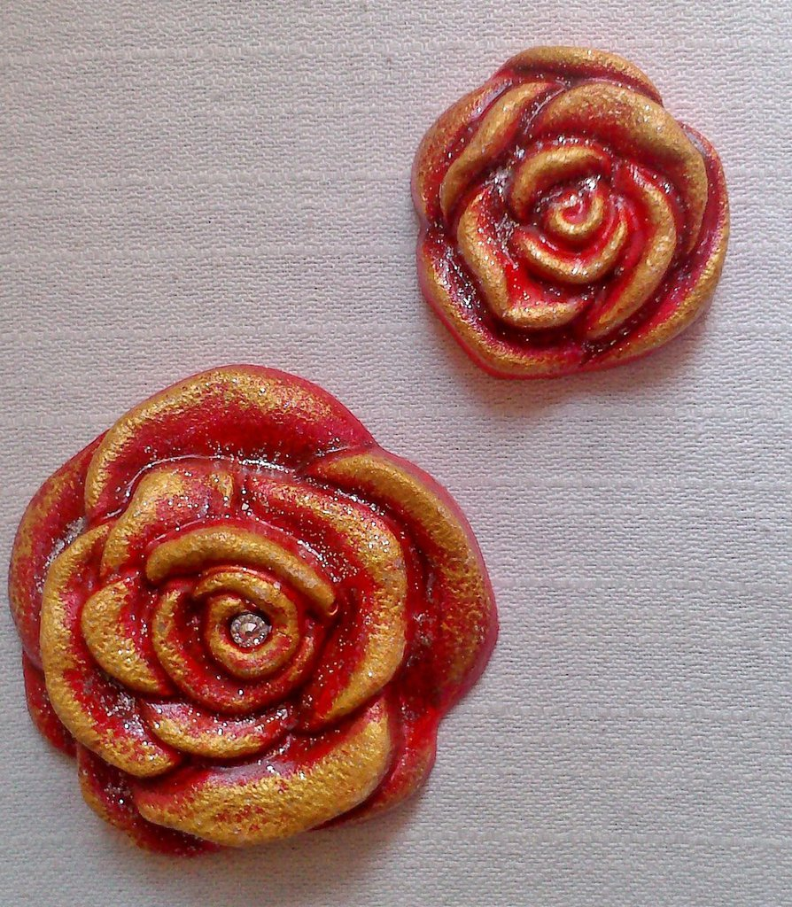 Due Rose Rosse in Gesso dipinte a mano