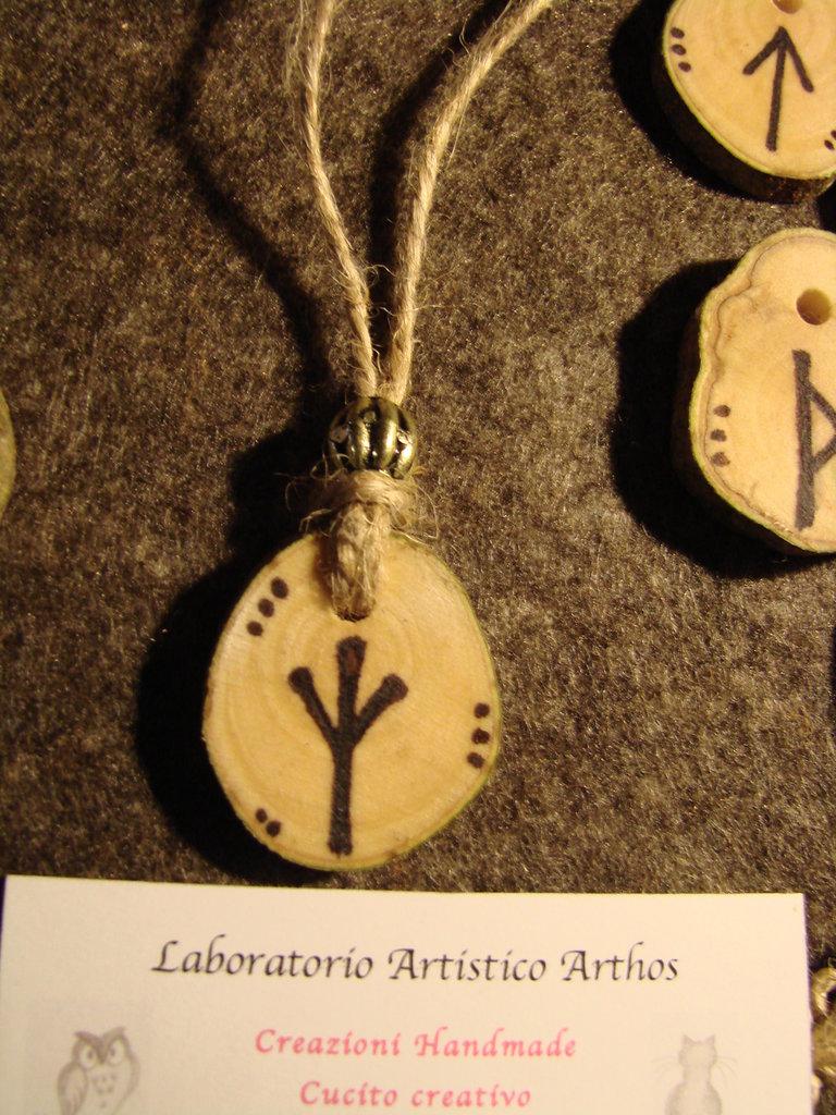Ciondolo runa celtica ALGIZ in legno ulivo talismano artigianale anche da personalizzare