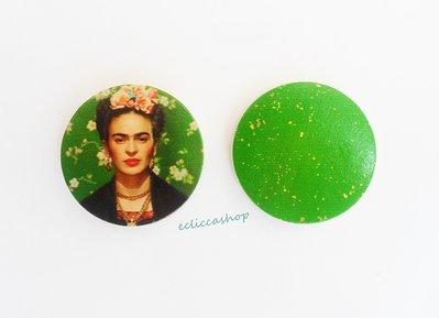 Medaglione ciondolo raffigurante Frida Kahlo in legno 35 mm 1pz