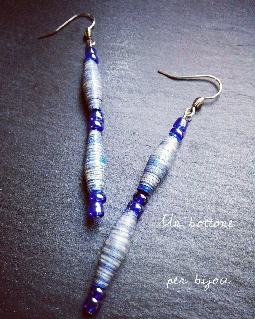 Orecchini con perline di carta riciclata nei toni del blu